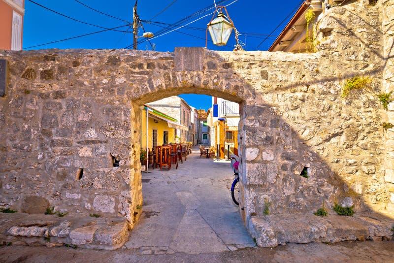 Oud dorp van Sukosan dichtbij Zadar-steenstraat en boogpoort stock fotografie