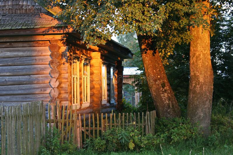 Oud dorpshuis bij zonsondergang stock afbeelding