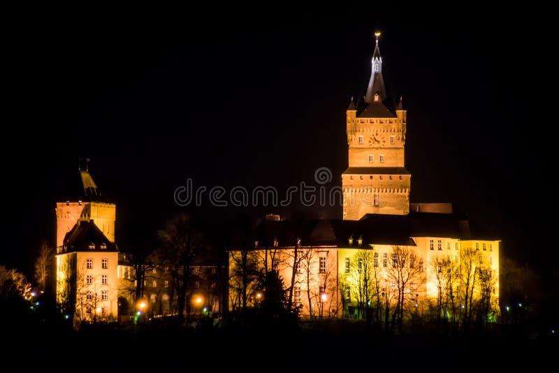 Oud Duits de klokpaleis van de kasteeltoren bij nacht stock afbeeldingen