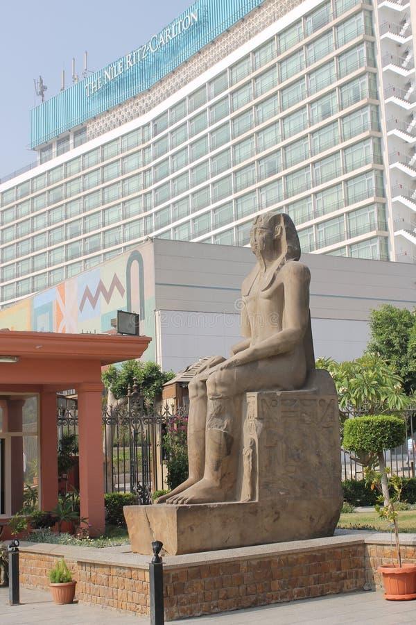 Oud Egyptisch standbeeld in de binnenplaats van het Museum van Kaïro op de achtergrond van een modern gebouw royalty-vrije stock foto