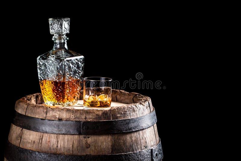 Oud eiken vat en een glas van Schots stock afbeelding
