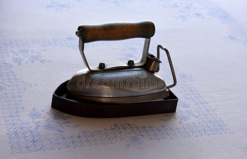 Oud elektrisch ijzer met houten handvat royalty-vrije stock afbeeldingen
