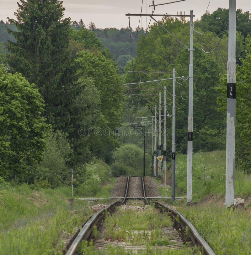 Oud elektrisch spoorwegspoor tussen Tabor-stad en Bechyne spa stad stock foto's