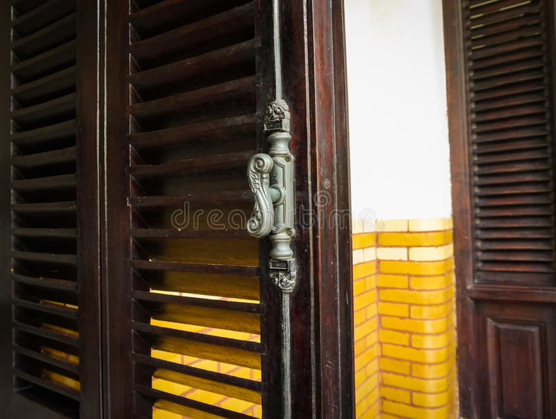 Oud en klassiek die deurhandvat bij de bouwfoto van Lawang Sewu in Semarang Indonesië wordt genomen stock foto