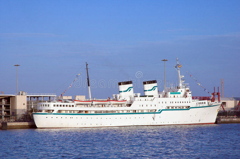Oud en klein cruiseschip stock afbeelding