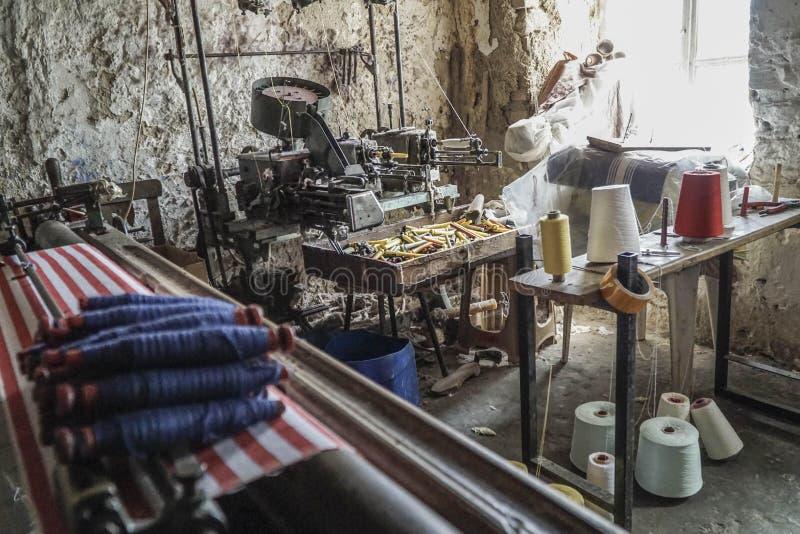 Oud en klein wevend weefgetouw in een kleine installatie stock foto's