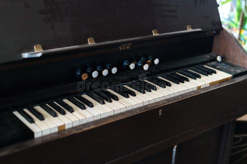 Oud en stoffig pianotoetsenbord Zwart-witte zeer belangrijke raad op uitstekend muzikaal instrument royalty-vrije stock afbeeldingen