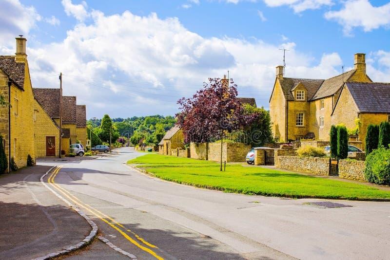 Oud Engels dorp op Cotswolds-gebied stock fotografie