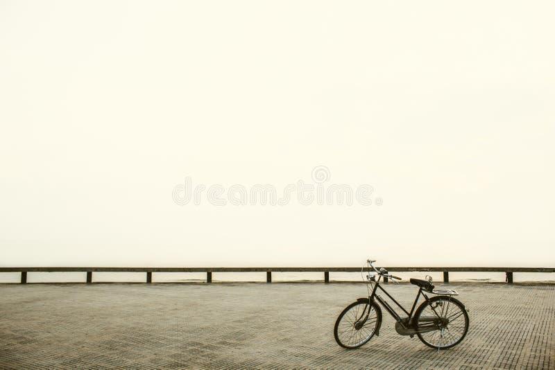 Oud fietsparkeren bij park uitstekende stijl; concept eenzaam stock foto's