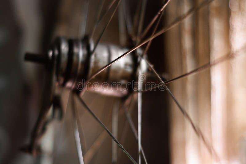 Oud fietswiel stock foto