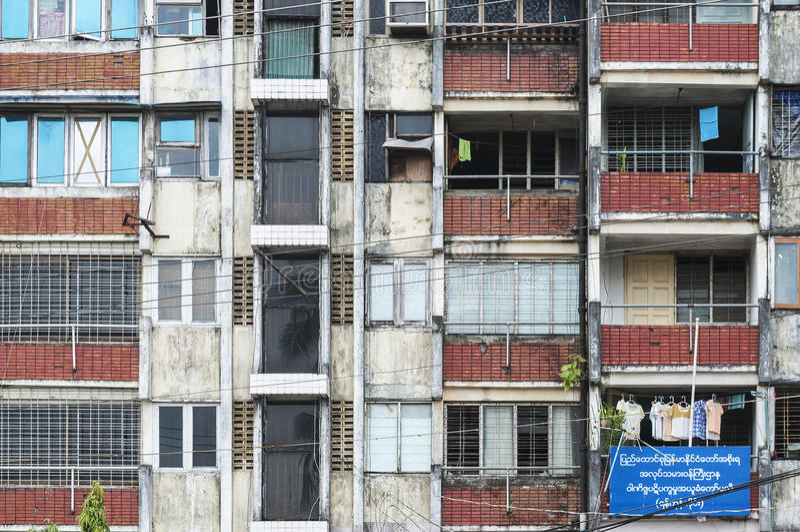Oud flatgebouw in yangon myanmar stock afbeeldingen