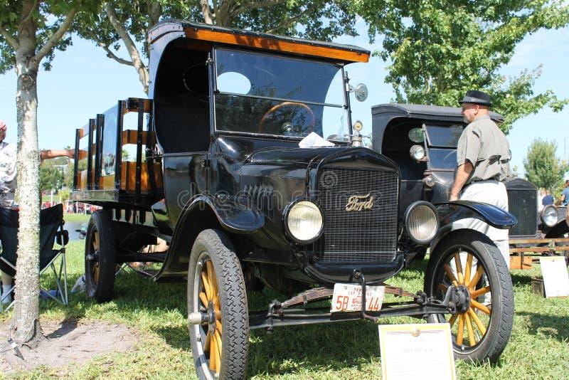Oud Ford bestelwagen-1925 bij de auto toont royalty-vrije stock foto