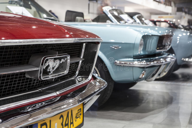 Oud Ford Mustang op statische vertoning bij de Internationale Markt in Poznan royalty-vrije stock foto's