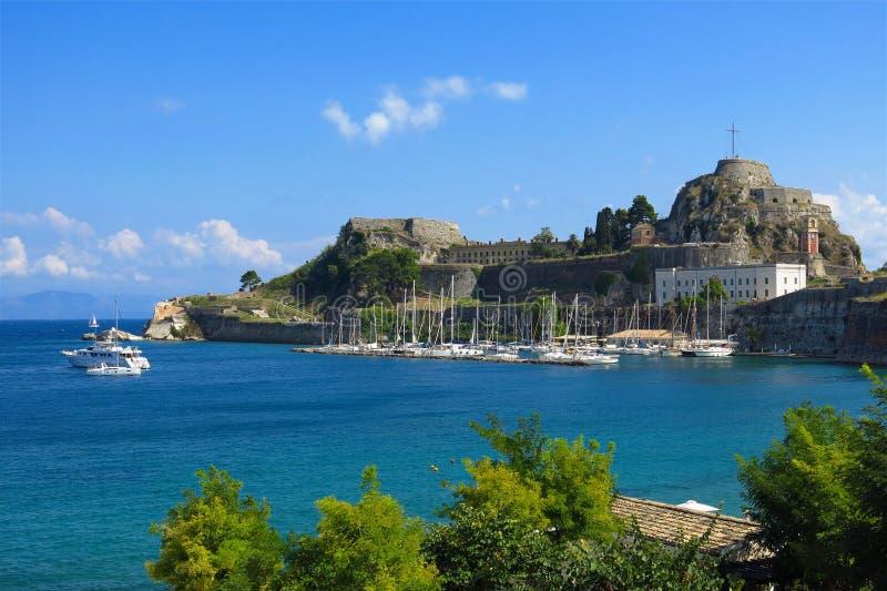 Oud Fort Korfu Griekenland met jachthaven en zeilboten stock foto