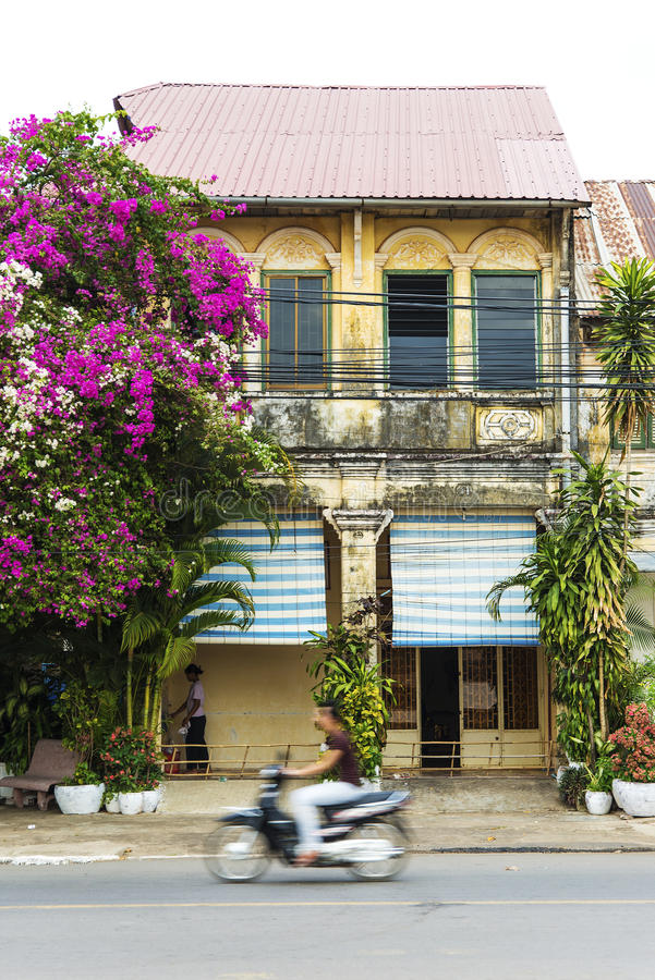 Frans koloniaal huis in kampot Kambodja royalty-vrije stock afbeeldingen