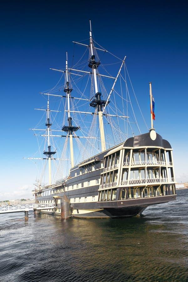 Oud fregat in moorage St. Petersburg, Rusland. royalty-vrije stock fotografie
