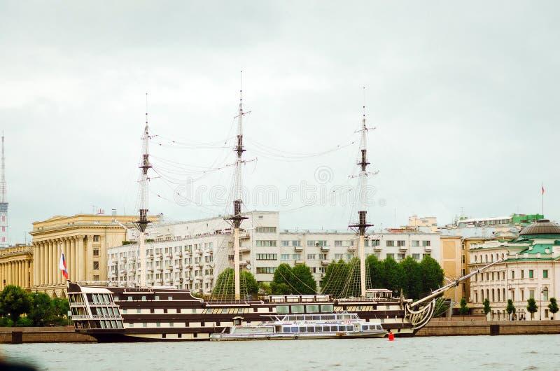 Oud fregat in St. Petersburg Aantrekkelijkheden voor toeristen stock afbeeldingen