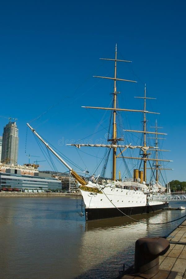Oud fregatschip in haven royalty-vrije stock foto's