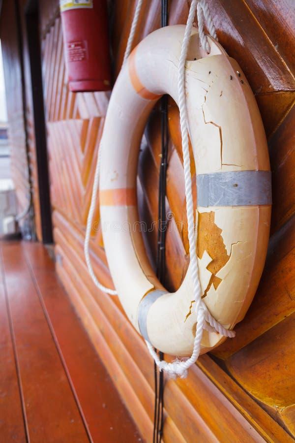 Oud, Gebroken en verliep de Persoonlijke reddingsboei van het de oprichtingsveiligheidsapparaat van de het levenssteun voor zwemm stock fotografie