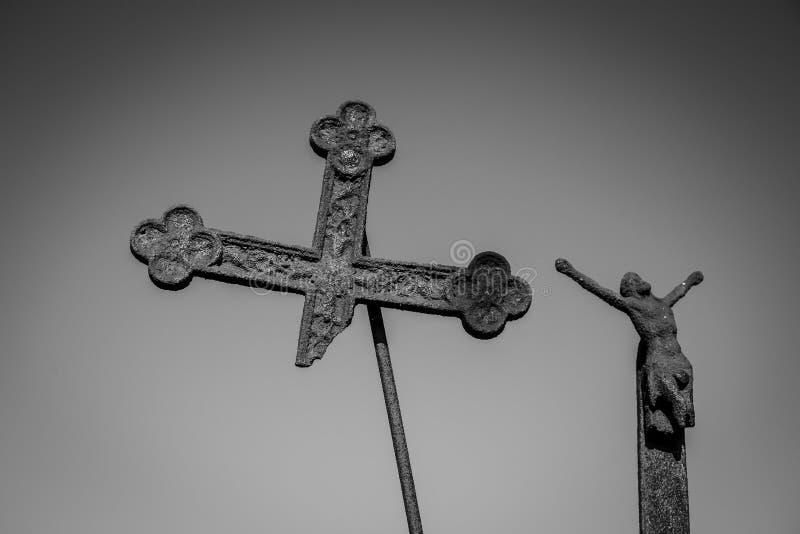 Oud gebroken kruis met Jesus op grijze achtergrond stock afbeelding