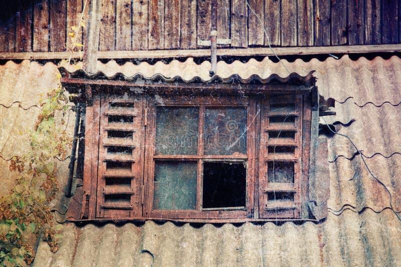 Oud gebroken venster stock afbeeldingen