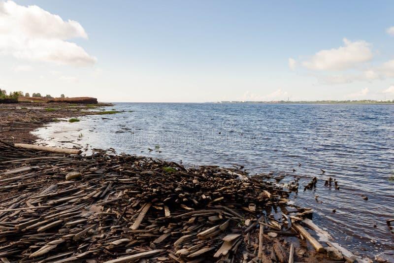 Oud gebroken vernietigd houten overzees van de plankendekking zandig strand Concept verlatenheid, voorbij tijden, mistroostigheid royalty-vrije stock foto
