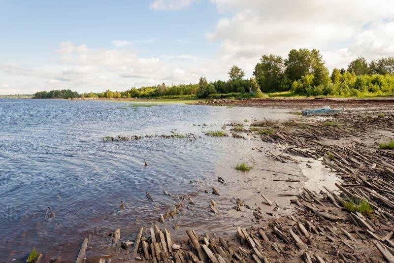 Oud gebroken vernietigd houten overzees van de plankendekking zandig strand Concept verlatenheid, voorbij tijden, mistroostigheid royalty-vrije stock foto's