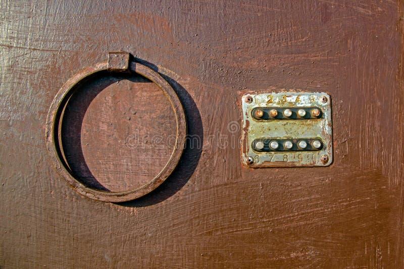 Oud gecodeerd slot met ronde knopen op de ijzerdeur, close-up, oude geschilderde deur, slot Textuur van verf op metaal royalty-vrije stock foto