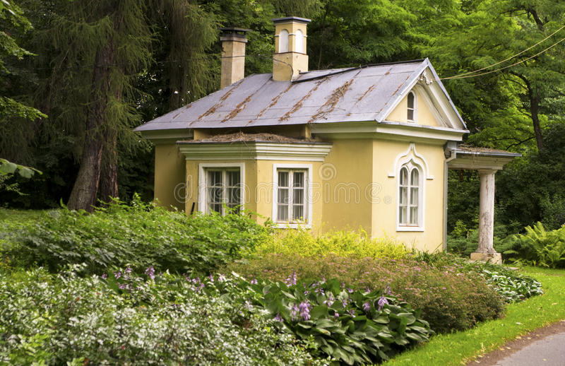 Oud geel huis stock foto's