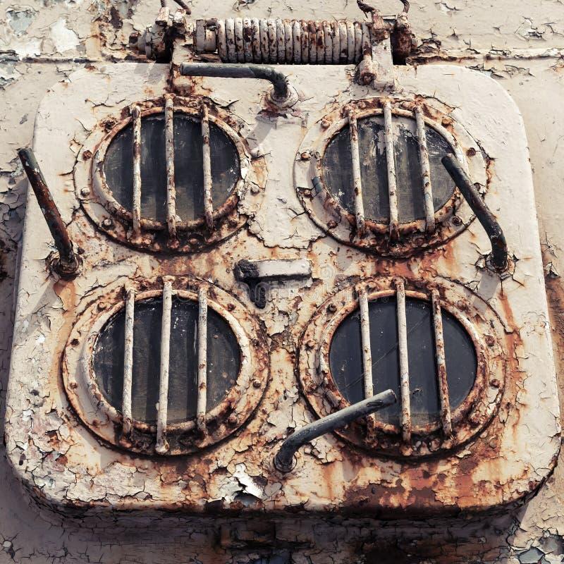 Oud geroest nooduitgangbroedsel op dek van verlaten schip royalty-vrije stock afbeelding