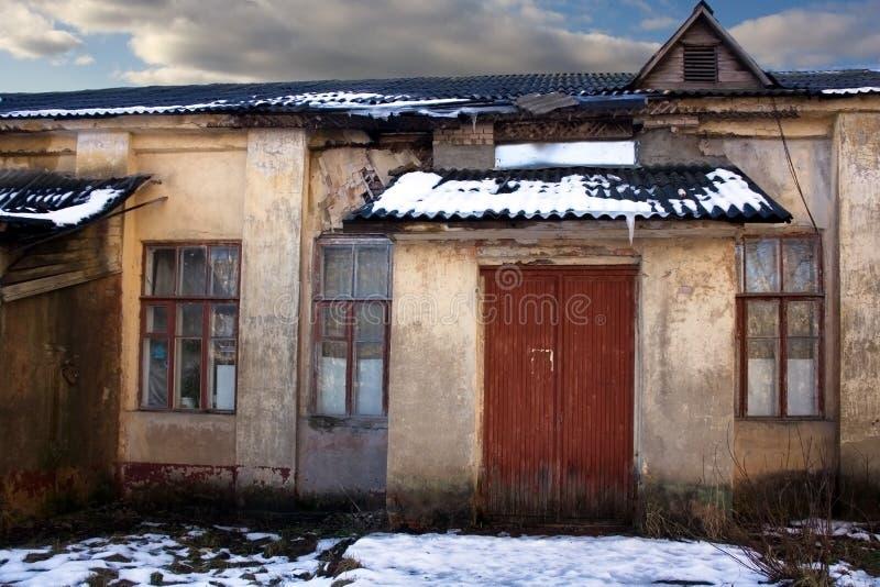 Oud geruïneerd huis stock afbeeldingen