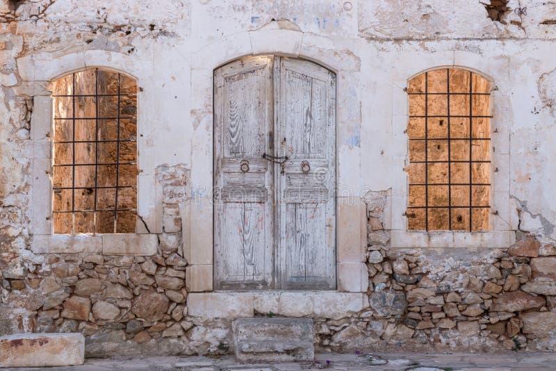 Oud geruïneerd huis in het dorp stock afbeelding