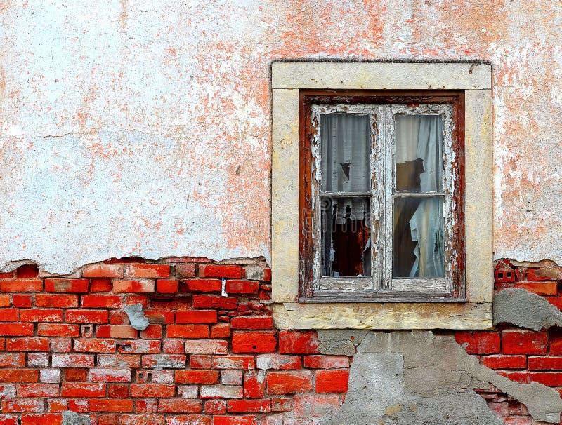 Oud geruïneerd venster royalty-vrije stock foto