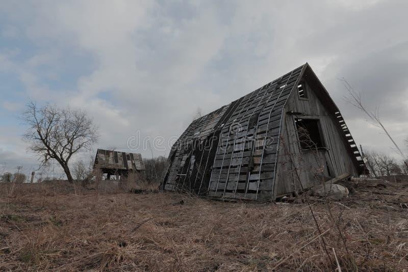 Oud geruïneerd verlaten blokhuis stock afbeeldingen