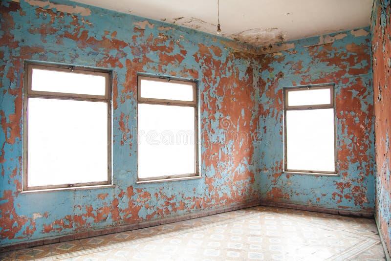 Oud geruïneerd verlaten huis met een het achtervolgen atmosfeer royalty-vrije stock afbeelding
