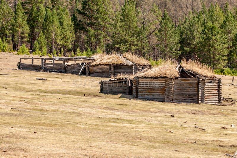 Oud geruïneerd yurts op het gebied stock fotografie