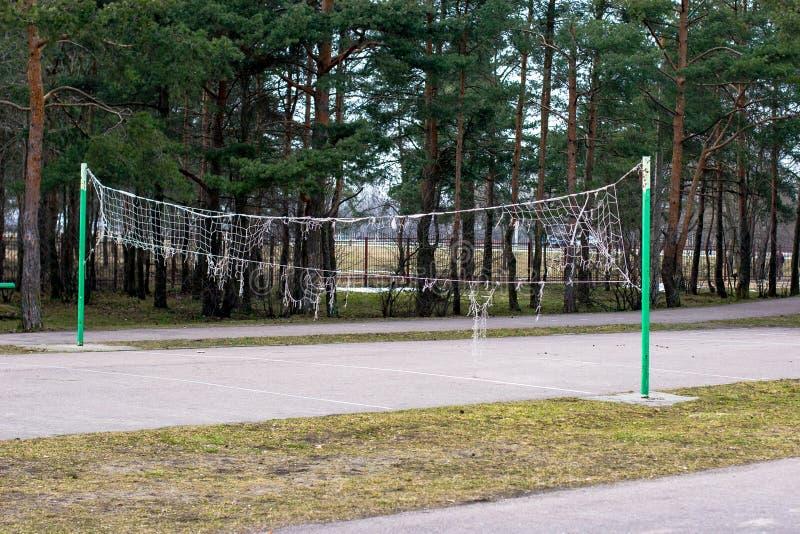 Oud gescheurd volleyball netto op de straat in het park in de herfst royalty-vrije stock foto's