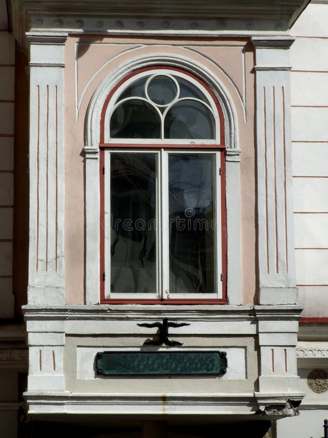 Oud gesierd venster stock foto