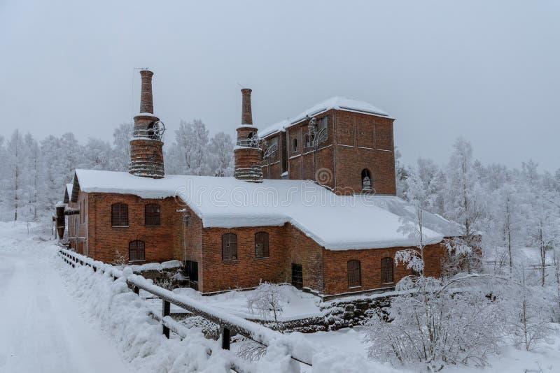 Oud gesloten onderaan staalfabriek in Zweden stock fotografie