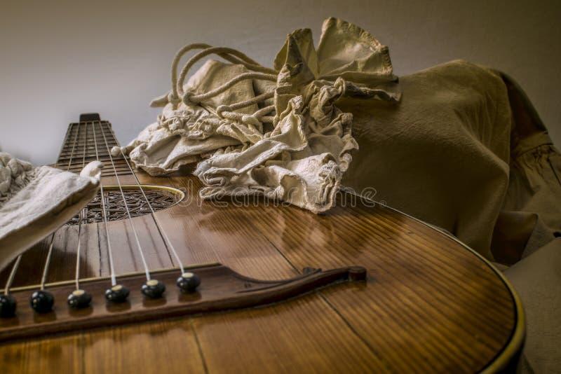 Oud-Gitarren-Dichtungskitt und weißes rustikales barockes Hemd stockfoto