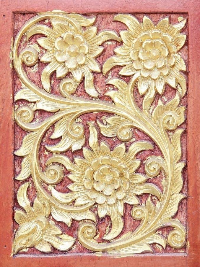 Oud gouden gravure houten venster van Thaise tempel; Uitstekend Th stock fotografie