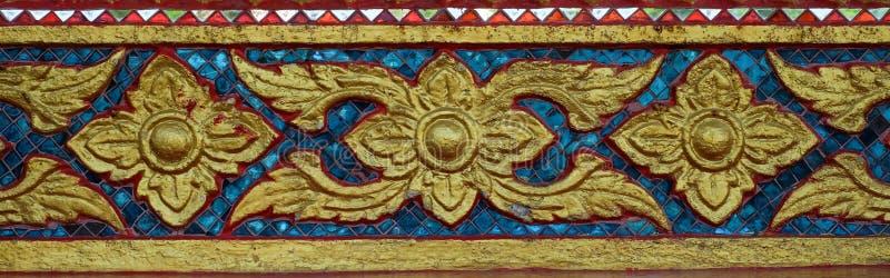Oud gouden snijdend venster van Thaise tempel thailand royalty-vrije stock fotografie