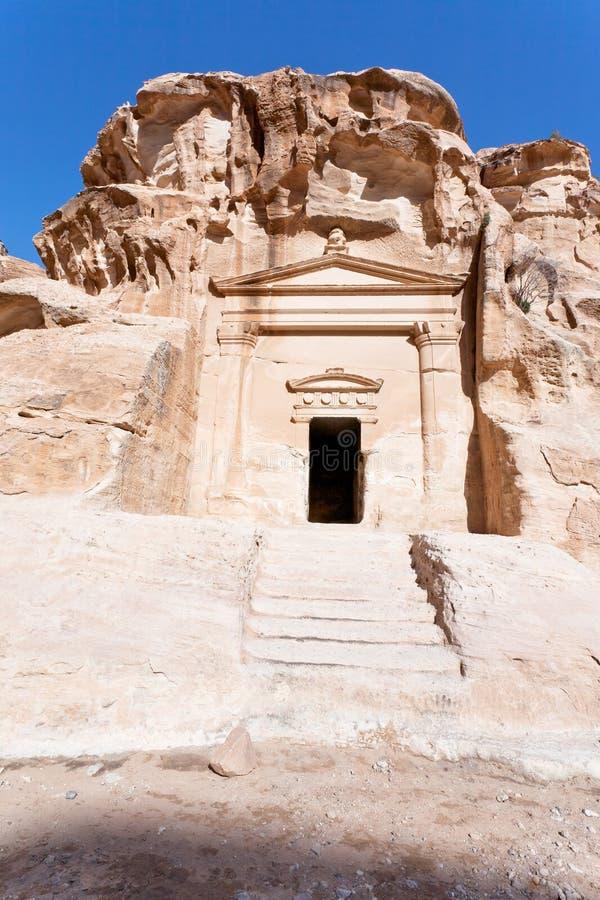 Oud graf dichtbij de ingang in Weinig Petra stock fotografie