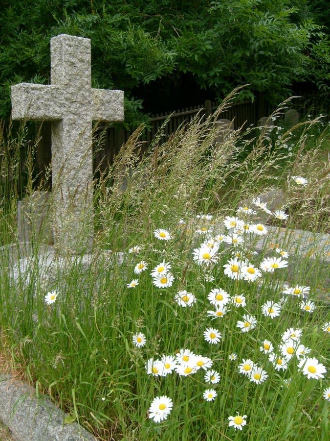 Download Oud Graf Met Wild Bloemen En Kruis Stock Afbeelding - Afbeelding bestaande uit verdriet, wild: 29509159