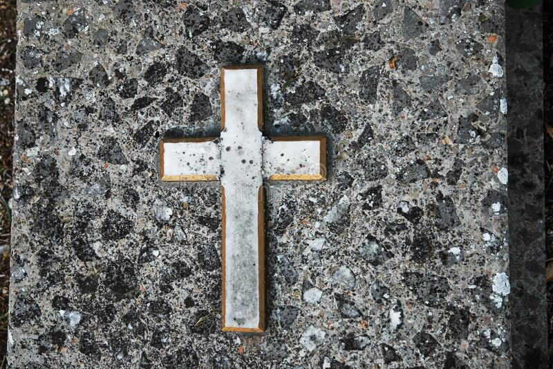 Oud graniet gravestone met kruis op begraafplaats royalty-vrije stock afbeelding