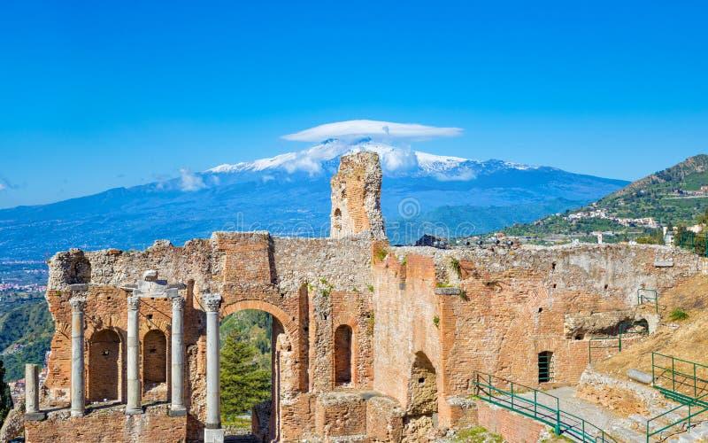 Oud Grieks theater in Taormina op achtergrond van Etna Volcano, Itali? stock fotografie