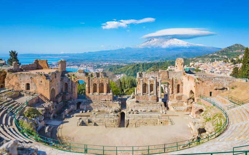 Oud Grieks theater in Taormina op achtergrond van Etna Volcano, Itali? stock foto