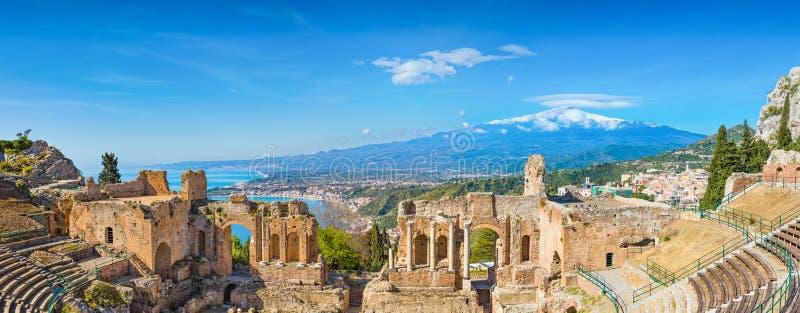 Oud Grieks theater in Taormina op achtergrond van Etna Volcano, Itali? royalty-vrije stock afbeeldingen