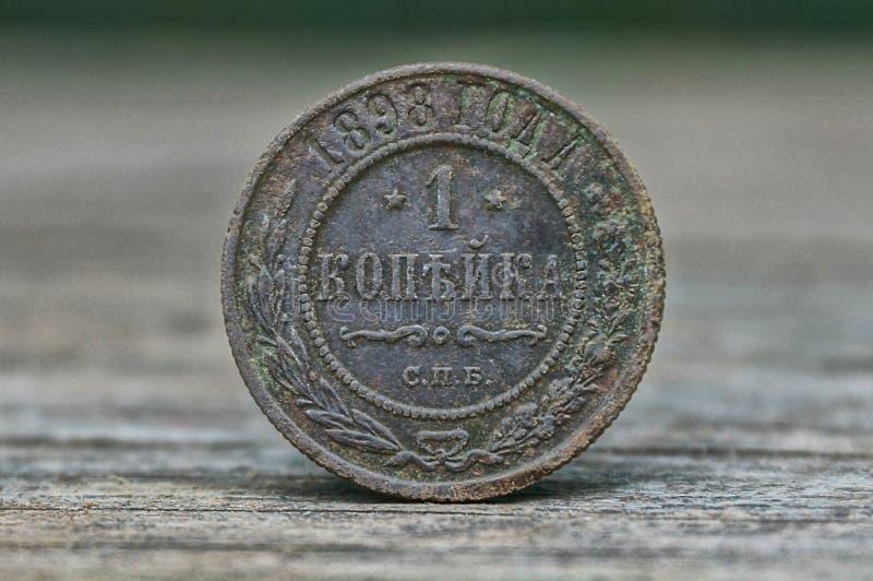 Oud grijs Russisch muntstuk één kopek op de lijst stock afbeeldingen
