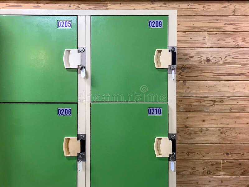 Oud groen kastkabinet met sleutel in kleedkamer royalty-vrije stock afbeelding